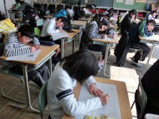 本年度最後の漢字力テストに集中して取り組む6年生・5年生です。